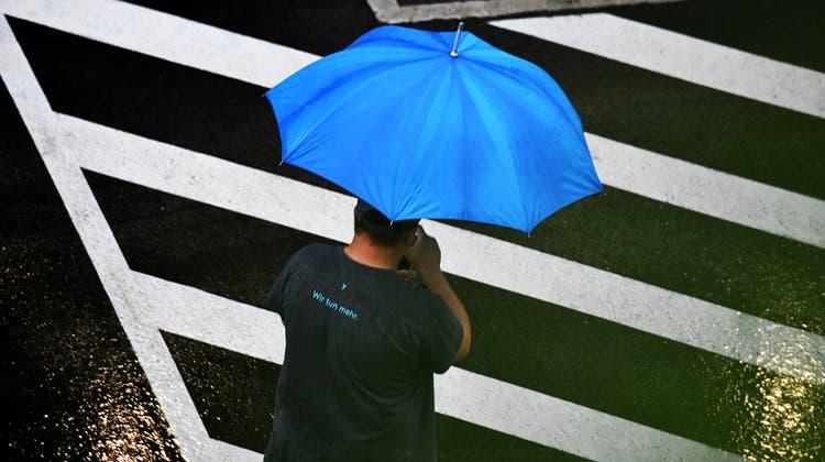 Den Regenschirm sollte man ab Samstag wieder auf Ausflüge mitnehmen. (Keystone)