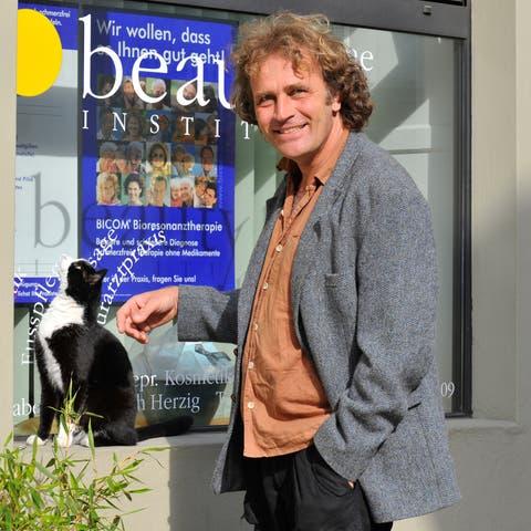 Alex Capus im April 2009 dem Stadtkater Toulouse, dem er mit dem Buch «Der König von Olten» eine Hommage widmete.