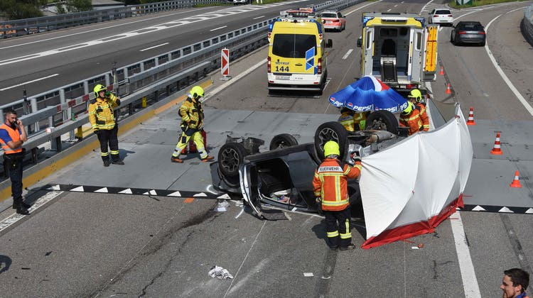 Selbstunfall auf der N3, Höhe Ausfahrt Walenstadt: Das Auto hob ab, überschlug sich und landete auf dem Dach. (Bild: Kapo)