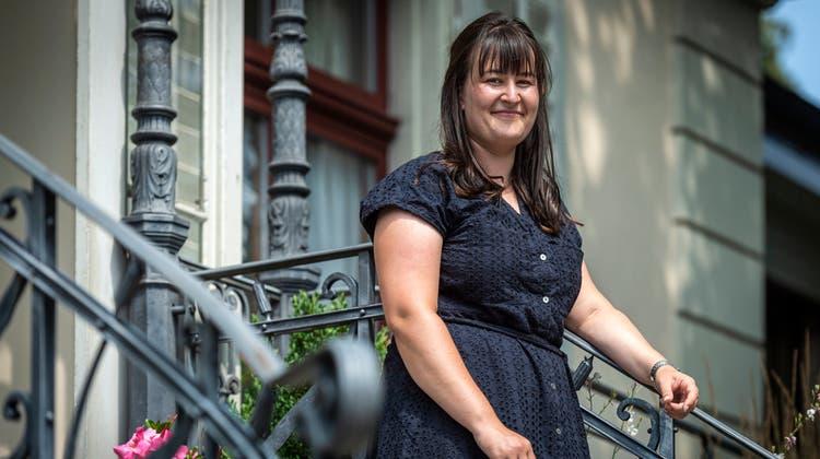 Die Weinfelder Wirtschaftsingenieurin Lea Bührervor dem Eingang zum evangelischen Kirchgemeindehaus, wo sie in der Kinder- und Jugendkommission mitwirkt. (Bild: Reto Martin)