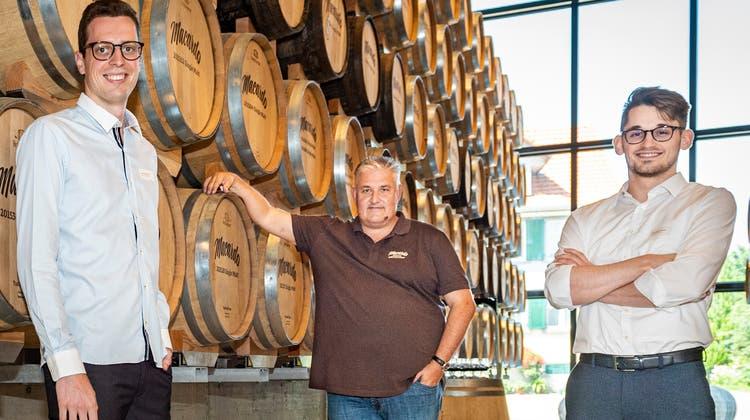 Die beiden ZHAW-Studenten Lars Müggler und Ivan Krajinovicim Fasslager der Destillerie Macardo mit Inhaber Andy Bössow. (Bild: Reto Martin)