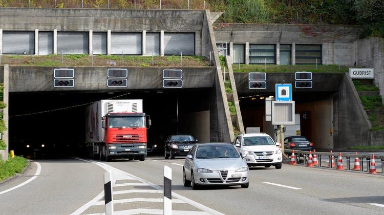 Im Gubristtunnel brannte am Donnerstag ein Auto. (Symbolbild) (Keystone)