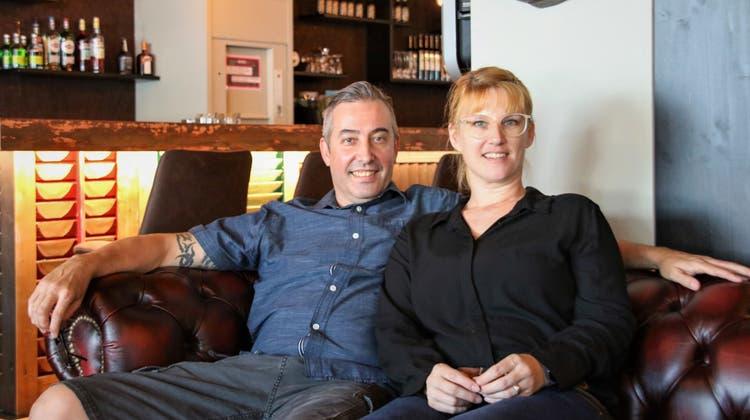 Spareribs auf dem Sofa zu essen, hat es Stephan und Fränzi Regli angetan. Diese lockere Atmosphäre wollensie auchins «Bones» bringen. (Rahel Künzler)