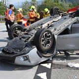 Der 79-jährige Fahrer sei nach eigenen Aussagen kurz auf der Autobahn eingenickt. (Bilder: Kantonspolizei St.Gallen)