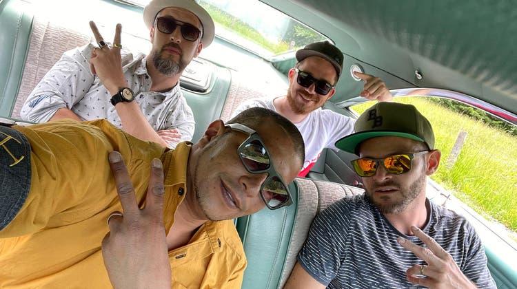 Kein Hip-Hop ohne Posen: Die Bungle Brothers mit den Rappern CRF (links) und Flip (rechts) sowie dem Produzenten Dan One (hinten rechts) und DJ Ill-O (vorne links). (Bild: PD)