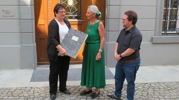 Stadträtin Doris Stöckli nimmt von Dora Weissenbach und Ferdinand Weissenbach ein Band des BBA entgegen. (von links) (Marc Ribolla)