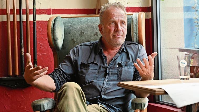 Alex Capus spricht in seinem «Galicia» über die Wirtschaftlichkeit der Bar in Coronazeiten: «Ich kann mir den Betrieb leisten, auch wenn es mal rote Zahlen gibt. Das ist nicht so schlimm.» (Bruno Kissling)
