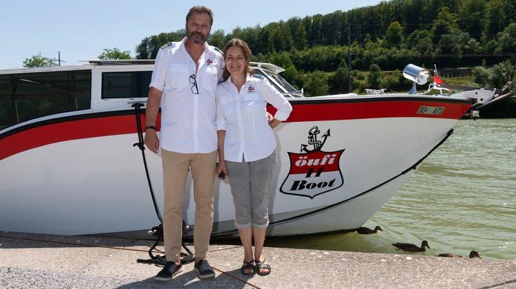 Iwan und BrigittePfylvor ihrem Boot, die «MS Weissenstein». (Hansjörg Sahli)