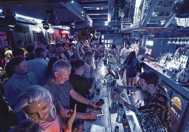 Ab ins Pub! Die Briten geniessen das «Experiment» ihrer Regierung: Es gibt keine Coronamassnahmen mehr.