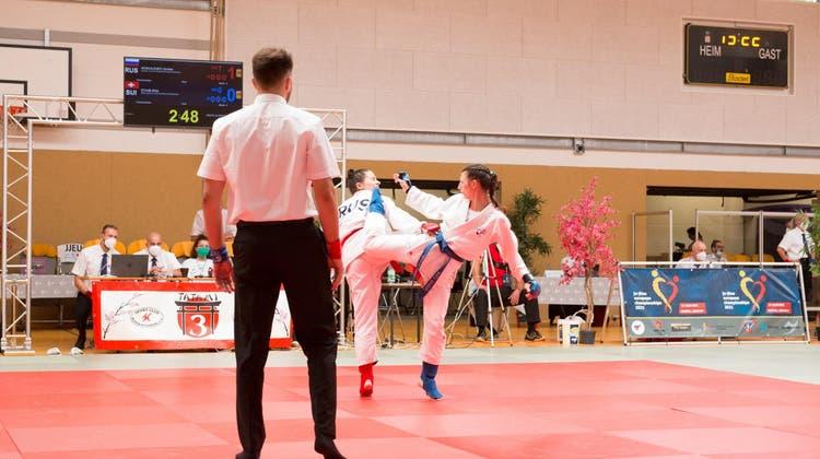 Dynamisch: Lea Staub (r.) im Ju-Jitsu-Kampf. (zvg)
