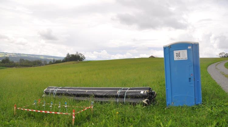 Alles ist bereit: Rund 15'000 Kubikmeter hochwertiges Erdreich wird nach Maschwanden transportiert. (Werner Schneiter / Anzeiger Bezirk Affoltern)