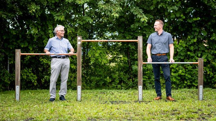 Bruno Meyer (links) und Sven Schiblerauf dem Schulgelände in Etziken. (Michel Lüthi)
