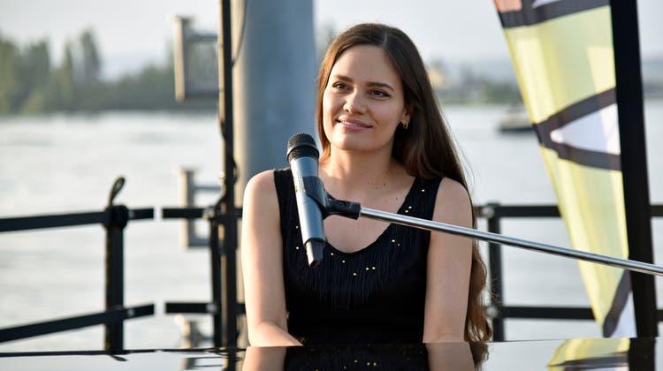 Zum Auftakt der Jazzmeile Kreuzlingen gibt Boogie-Woogie-Pianistin Ladyva ein Konzert auf einem Ponton an der Ermatinger Stedi. (Bild: Ralph Ribi)