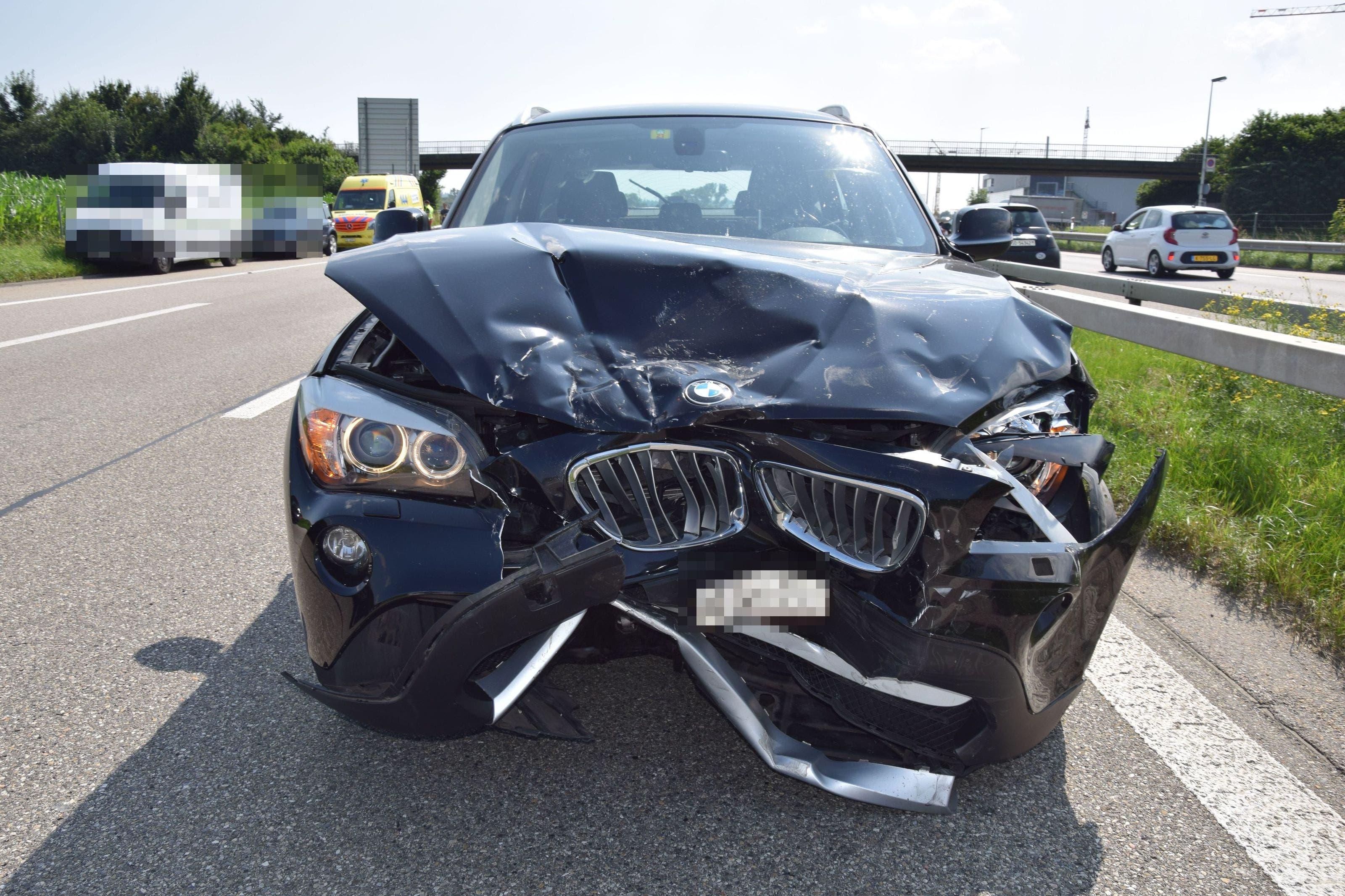 Der BMW-Lenker fuhr ins Heck eines Kleinwagens.