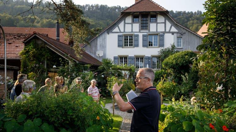 Adrian Wyss erklärt die Geschichte der Zehntenscheuer im Hintergrund (Hanspeter Bärtschi)
