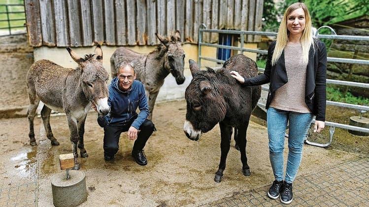 Fridolin Wyss und Denise Krein mit den Eseln Olivia, Helvetia und Salami. (Melanie Brêchet)