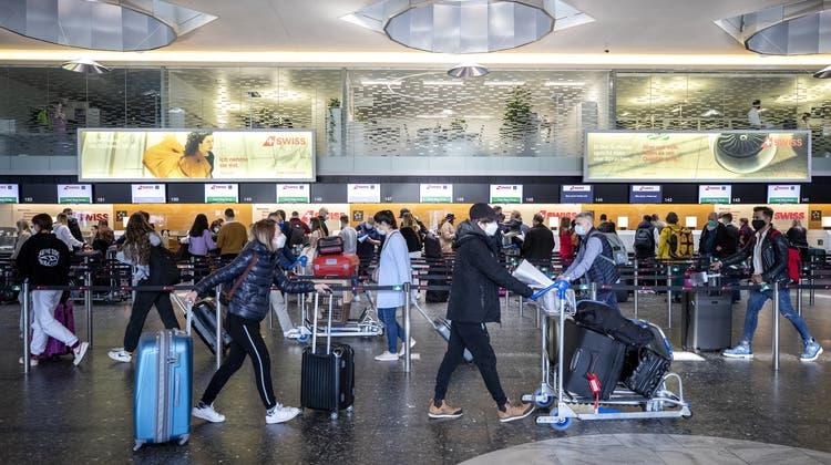 Die Dokumenten-Kontrolle vor dem Abflug dauert heute lange und führt zum Teil sogar zu Flugverspätungen. (Alexandra Wey / KEYSTONE)