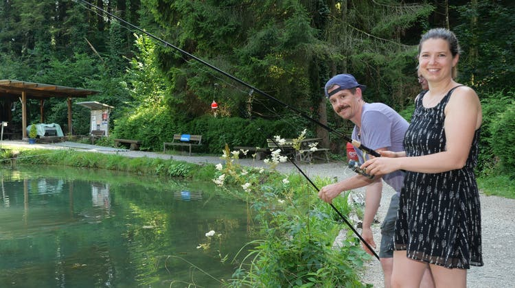 Die Brodbecks aus Rickenbach (BL) waren zum ersten Mal im Fischergut Rheinsulz angeln. (Hans Christof Wagner)