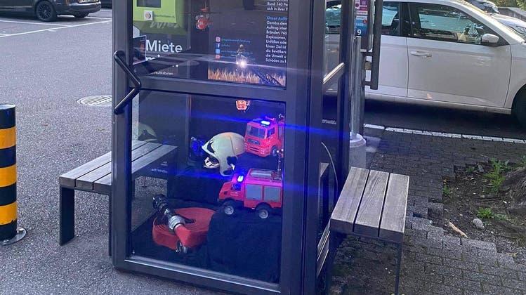 Die Kult-Kabine der Regio Feuerwehr Lenzburg am Hypiplatz, die Diebe  in der Nacht auf den 22. Juli aufgebrochen haben. (Screenshot Facebook)