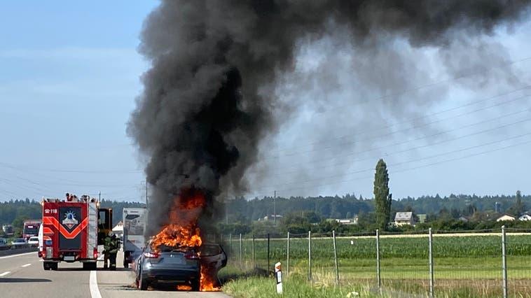 Das Fahrzeug brannte komplett aus. (Kapo So)