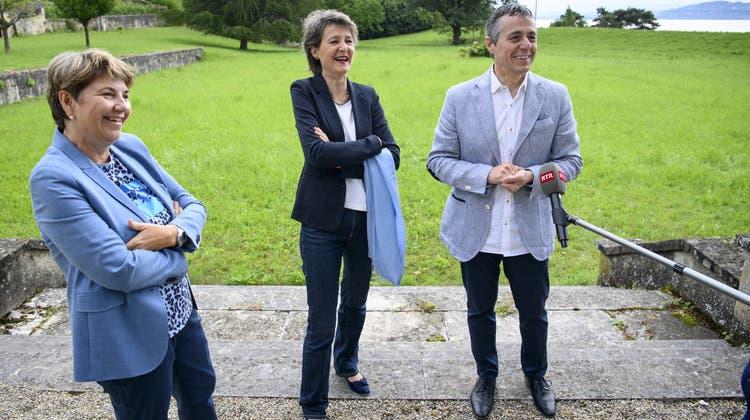 Im Freizeitlook, noch vor den eigenen Ferien: Viola Amherd, Simonetta Sommaruga und Ignazio Cassis (von links) auf der diesjährigen Bundesratsreise in der Waadt. (Bild: Laurent Gillieron/Keystone)