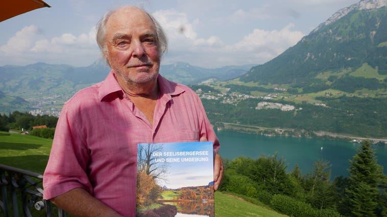 Peter Hauser präsentiert stolz sein Lebenswerk über das Seelisberger Seeli. (Bild: Christoph Näpflin (Seelisberg, 22. Juli 2021))