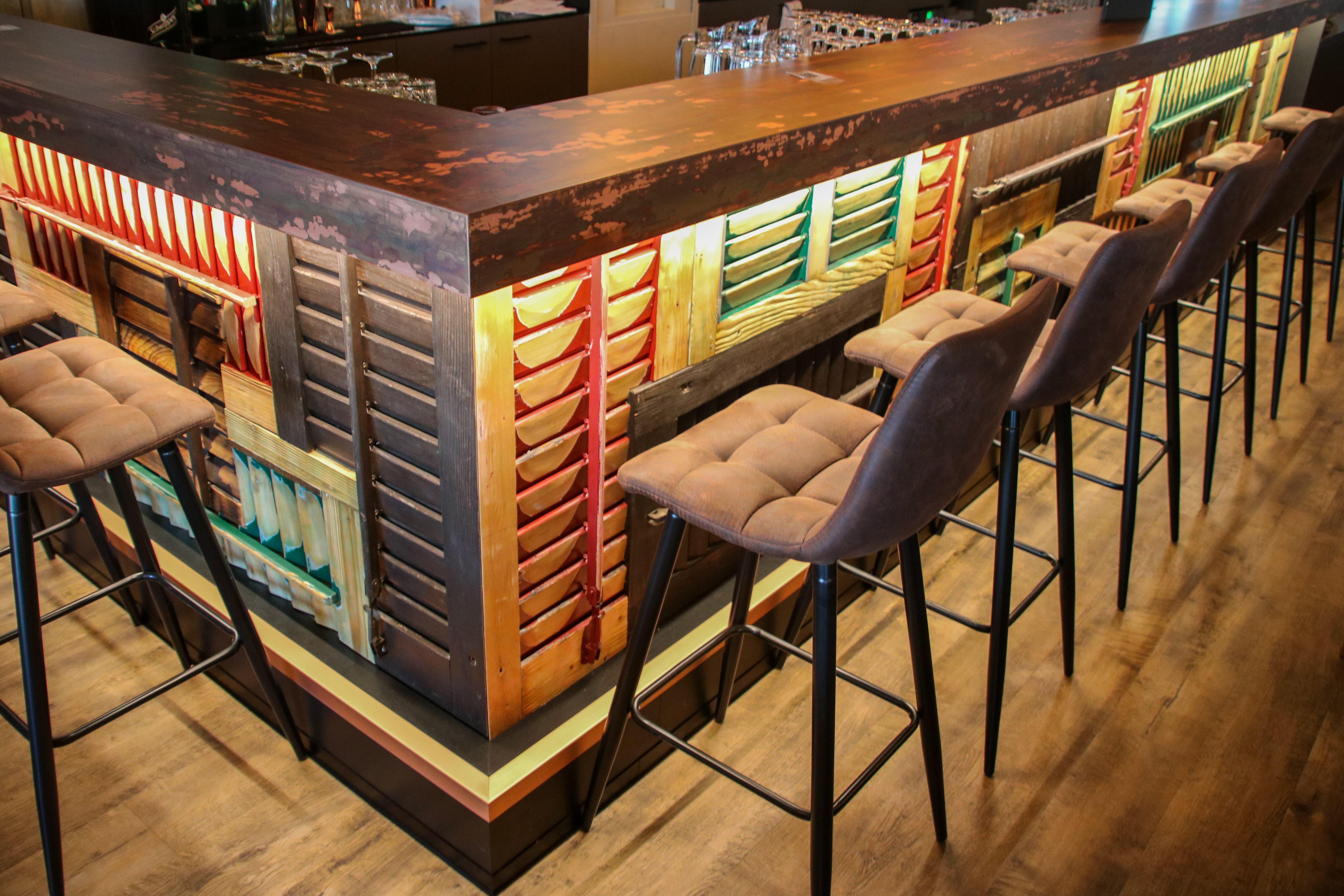 Die Bar aus Kupfer hat das Gastro-Paar von Hand brüniert. Durch die Säurebehandlugn ist ein fleckiges Muster entstanden.