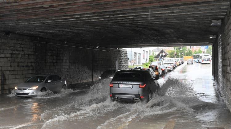 Beim vergangenen Hochwasser wurde auch die Unterführungsstrasse überschwemmt: Das Wasser wurde aus der Kanalisation zurückgestaut respektive konnte nicht mehr abfliessen. (Bruno Kissling)