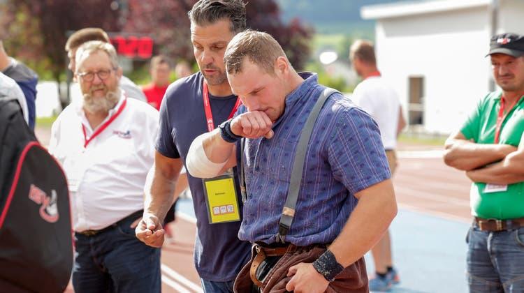 Joel Wicki, im Bild beimInnerschweizer Schwing- und Älplerfest, wo er sich eine Verletzung zuzog, mit seinem Trainer Daniel Hüsler. (Marc Schumacher / freshfocus (Ibach, 4. Juli 2021))