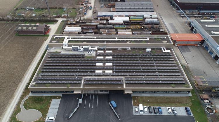 Das Logistikzentrum von Swisslos in Rheinfelden samt Solaranlage der AEW auf dem Dach. (Zvg / Aargauer Zeitung)