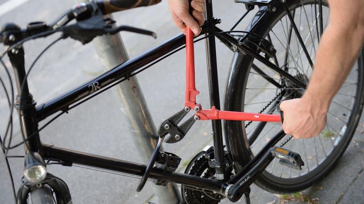 Bei den Hausdurchsuchungen wurden insgesamt 15 Fahrräder und E-Bikes sichergestellt. (Keystone/DPA/Andreas Gebert)