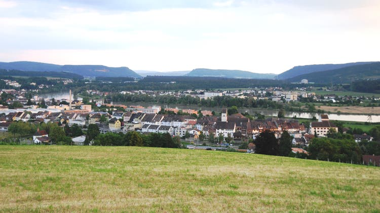 Blick von der Obermatte, die für den Bau von Einfamilienhäusern erschlossen werden soll,auf das Städtchen Klingnau und den Klingnauer Stausee. (Philipp Zimmermann)