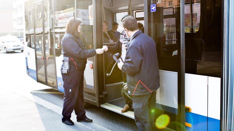 Kontrolleure der VBL kontrollieren die Tickets auf der Suche nach Schwarzfahrern. (Manuela Jans  (neue Lz) / Neue Luzerner Zeitung)