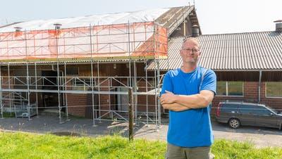 Bauer Beat Rütimann vor dem Tenn, dessen Dach neu gemacht werden muss. Das des Viehstalls rechts ist bereits geflickt. (Fabio Baranzini)