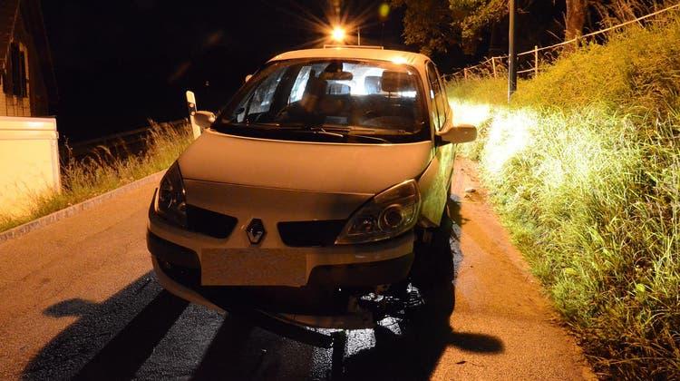 Das massiv beschädigte Fahrzeug musste durch ein Abschleppunternehmen aufgeladen und abtransportiert werden. (Polizei Basel-Landschaft)