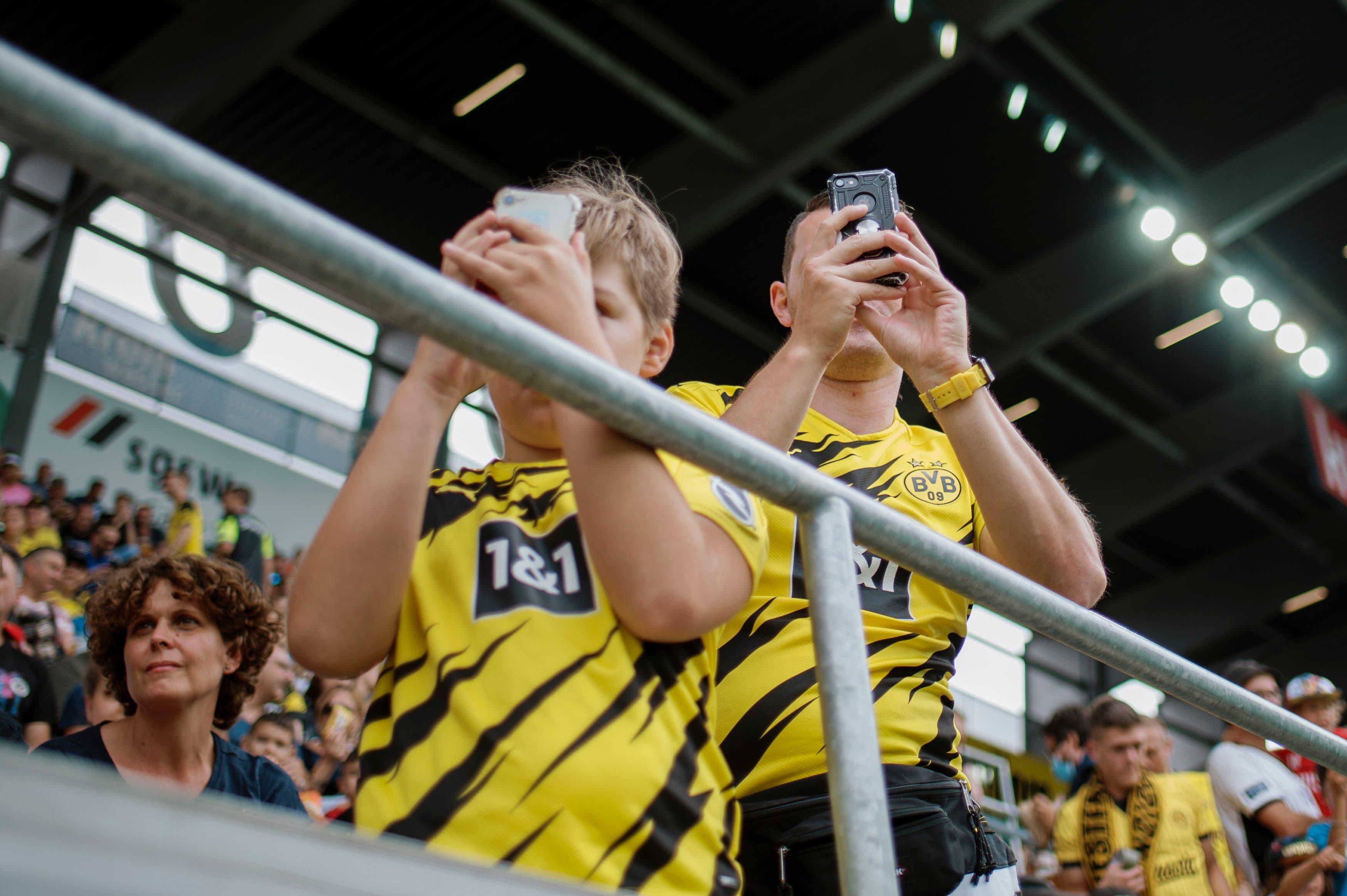 Dortmund Fans fotografieren ihre Idole.