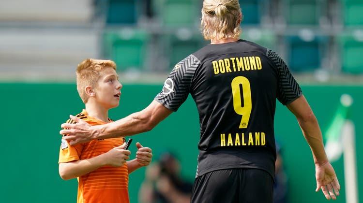 Ein Fan rennt auf das Spielfeld um Dortmunds Stürmer Erling Haaland um ein Autogramm zu bitten. (Claudio Thoma/Freshfocus)