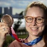 Nina Christen feiert ihren Sieg der Bronze-Medaille über 10 Meter mit dem Luftgewehr. (Keystone)