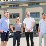 """Die Crew vor der alten Spenglerei: Rebecca Schwörer (30, Restaurantleiterin), Kevin Romes (30, Küchenchef) und Pascal Hobler (27, Sous-chef, v.l.) werden ab Frühjahr 2022 das """"Fine Dining""""-Restaurant """"Skin's the restaurant"""" von Felix Bertram (46, ganz links) führen. (Sandra Ardizzone / LZB)"""