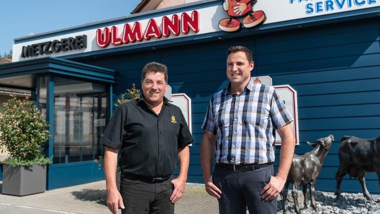 Die Zetzwiler Metzgerei Ulmann geht auf den 1. August vom bisherigen Besitzer Felix Ulmann (links) an den ehemaligen Spitzenschwinger Thomas Arnold aus Buttisholz LU über. (Zur Verfügung Gestellt / Aargauer Zeitung)