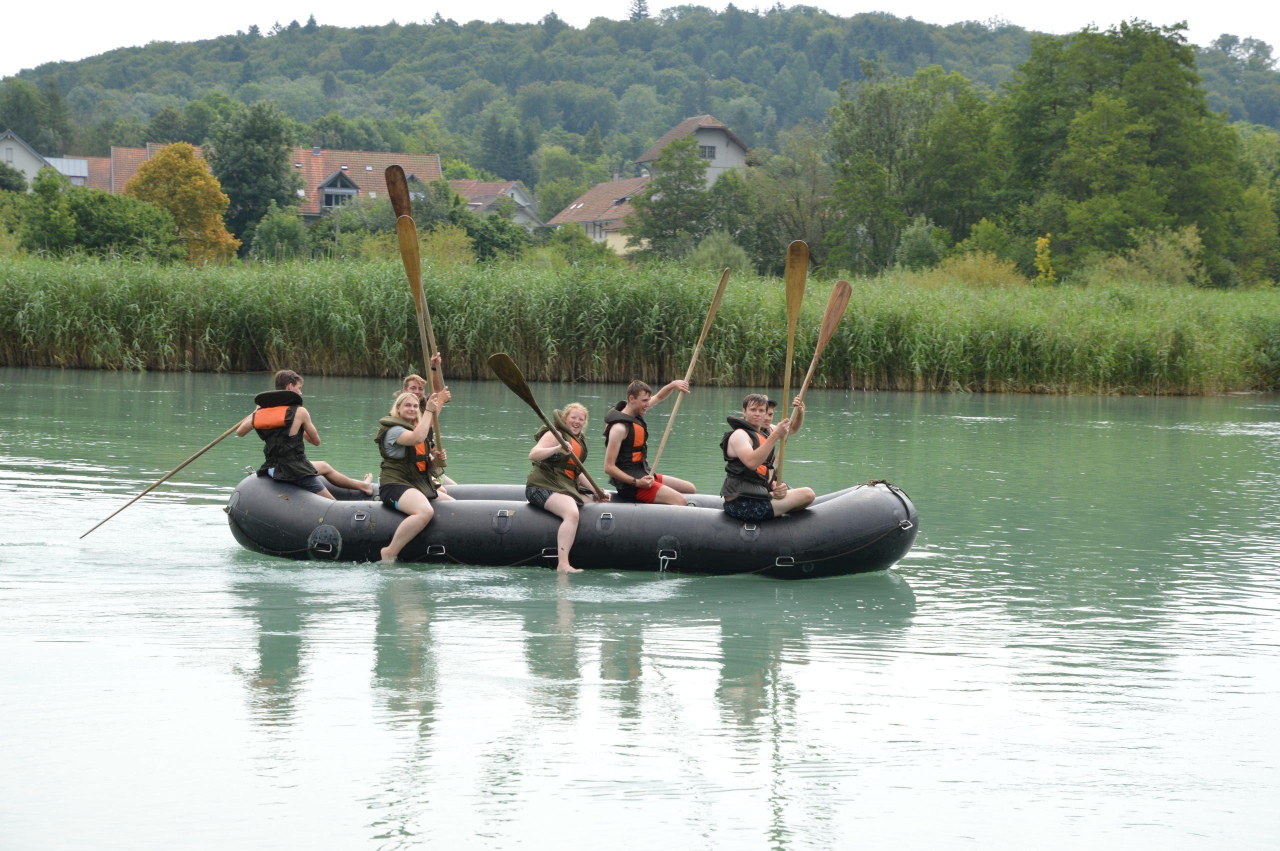 Auch bei der Schlauchboot-Prüfung kommt der Spass nicht zu kurz.