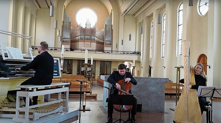 Cellist Jonathan Weigle spielt im Trio für die Corona-Atkion derMieg-Stiftung. (zvg)