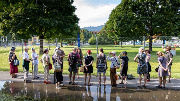 Spaziergang «dere schöne Aare naa» mit beteiligten Kunstschaffenden. (Patrick Luethy)
