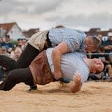 Die Entscheidung: Samuel Giger (oben) bringt im Schlussgang Domenic Schneider mit einem Wyberhaken zu Fall. Später vervollständigt er am Boden zum gültigen Resultat. (Benjamin Manser)