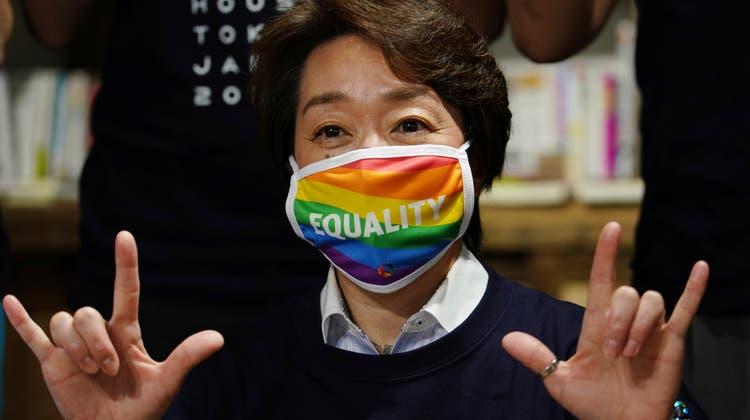 Seiko Hashimoto, Chefin des olympischen Organisationskomitees posiert im Pride House in Tokyo für ein Foto. Sie forderten die Verabschiedung eines LGBTQ-Gleichstellungsgesetzes. (AP Photo/Eugene Hoshiko, Pool)