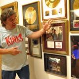 Roland «Tschiibii» Grossenbacher, hier mit Erinnerungen an seine Lieblingsband, Kinks, im Rock- und Pop-Museum in Niederbüren. (Bild: Nana Do Carmo)