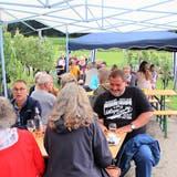Geschützt vor dem Regen konnten die Gäste an sieben Ständen Wein degustieren. (Bild: Roland Müller)