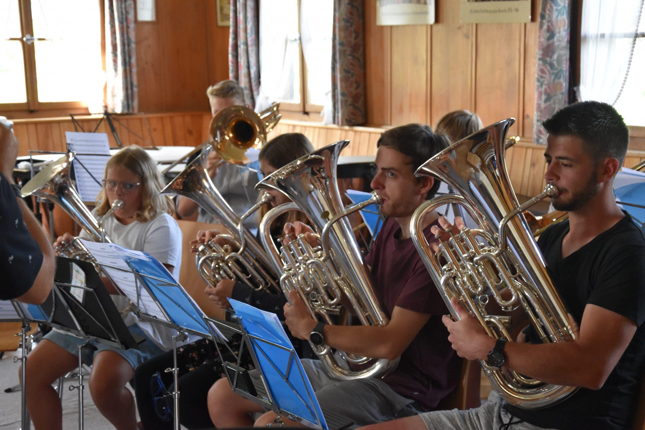 Die Juniors Brass Seetal sind an der Gesamtprobe hochkonzentriert.
