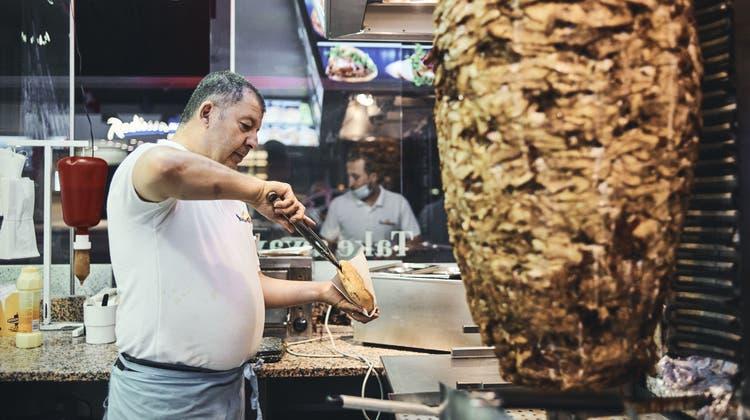 Geschäftsführer Tevfik Isik arbeitet seit der Eröffnung am 1. Januar 2000 im Restaurant Steine Grill. (Roland Schmid)