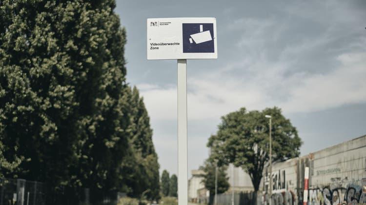 Hier wird gefilmt: Videoüberwachte Zone an der Uferstrasse (Roland Schmid)
